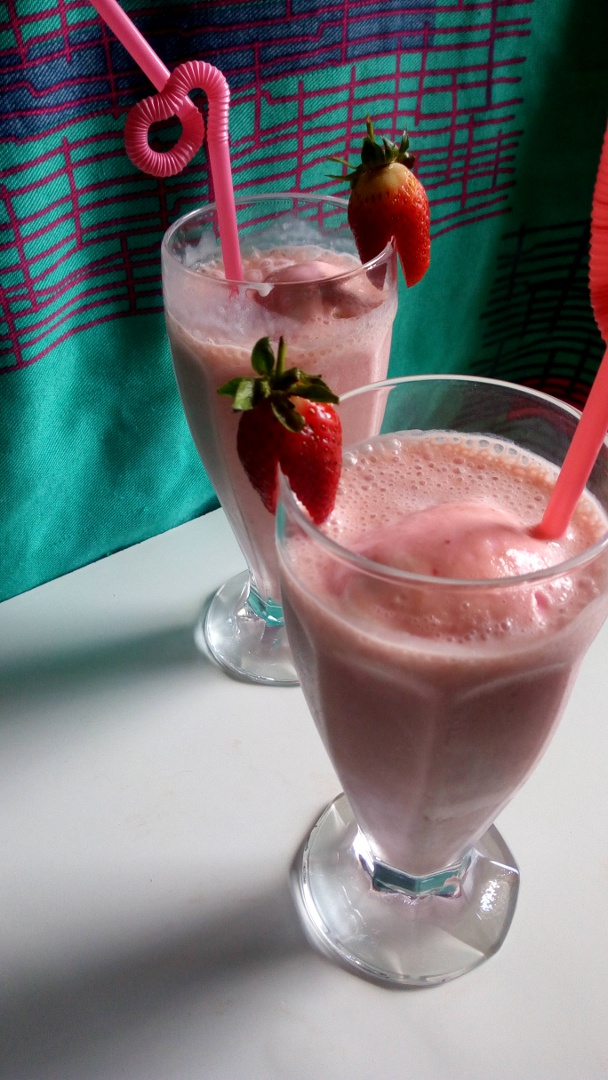 strawberry-banana-milkshake-leotunapika